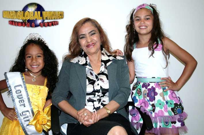 La profesora Bertha Amundaray es acompañada por las triunfadoras Amy Joselyn Mata y Ana Karen Loera